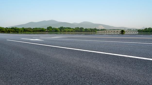 Chaussée routière et paysage naturel du paysage