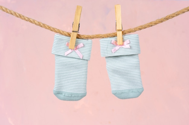 Chaussettes bébé sur une corde à linge. lavage des vêtements de bébé