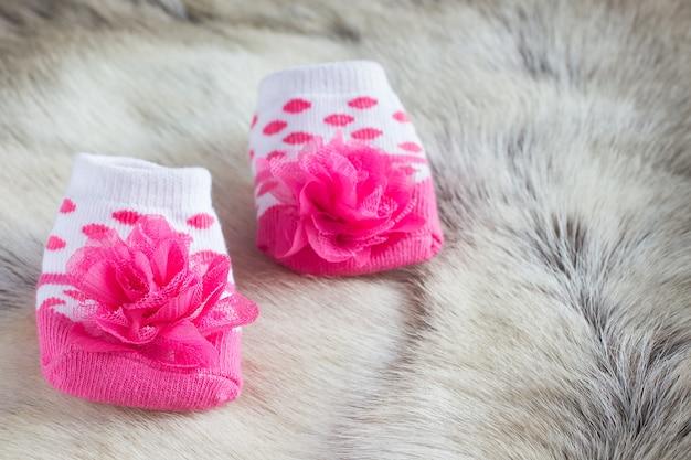 Chaussettes bébé sur la peau d'un cerf
