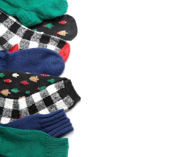 Chaussettes chaudes sur surface blanche