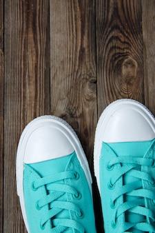 Chaussettes de chaussures sur plancher en bois