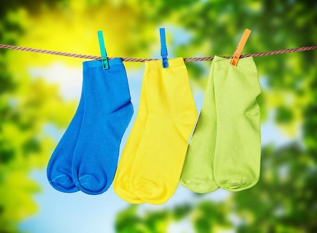 Chaussettes colorées suspendues à une corde