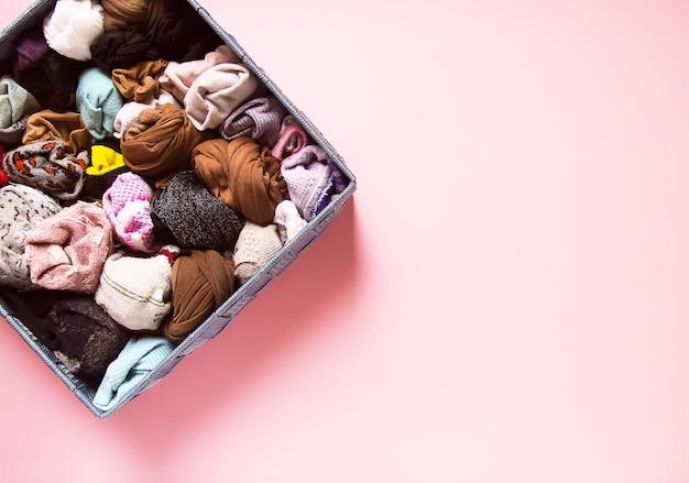Chaussettes de différentes couleurs dans une boîte en tissu. rangement vertical des vêtements chauds. petite organisation de l'espace.