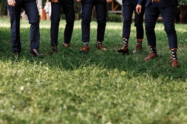 Chaussettes élégantes pour hommes sur les jambes des hommes