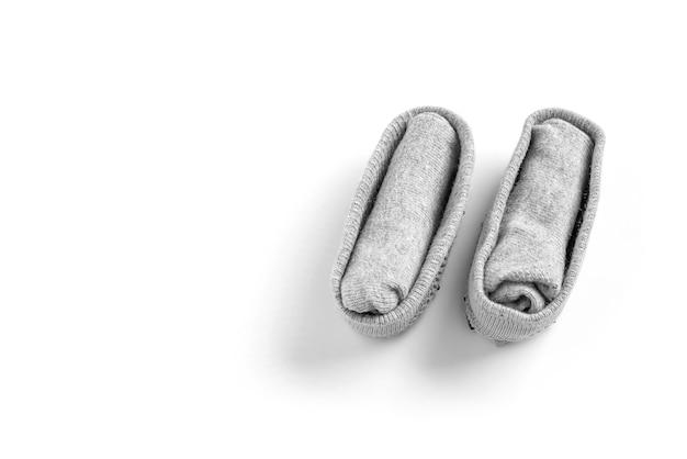 Chaussettes pliées sur fond blanc