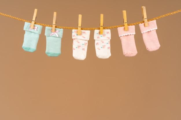Chaussettes pour bébé sur une corde à linge. lavage des vêtements de bébé