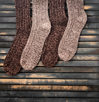 Chaussettes tricotées chaudes sur mur en bois