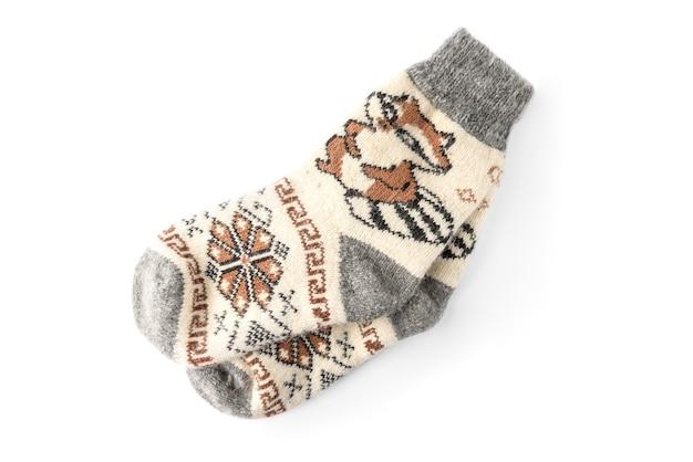 Chaussettes tricotées d'hiver avec raton laveur isolé sur fond blanc