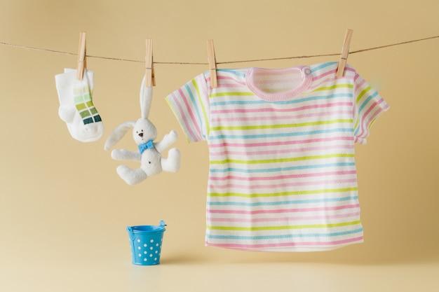 Chaussettes et vêtements bébé accroché à la corde à linge