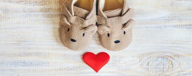 Chaussons bébé et coeur sur fond clair