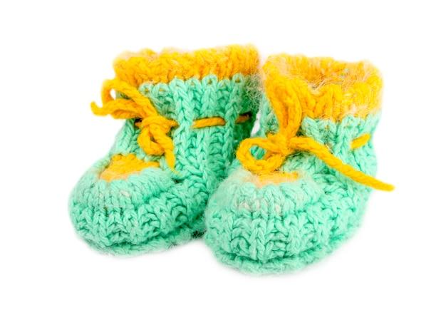 Chaussons bébé en laine, tricotés de fil vert et jaune