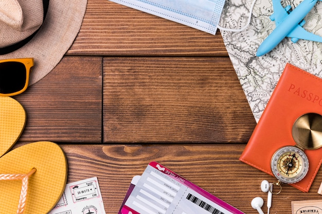 Chaussons de plage vue de dessus avec carte du monde et passeport