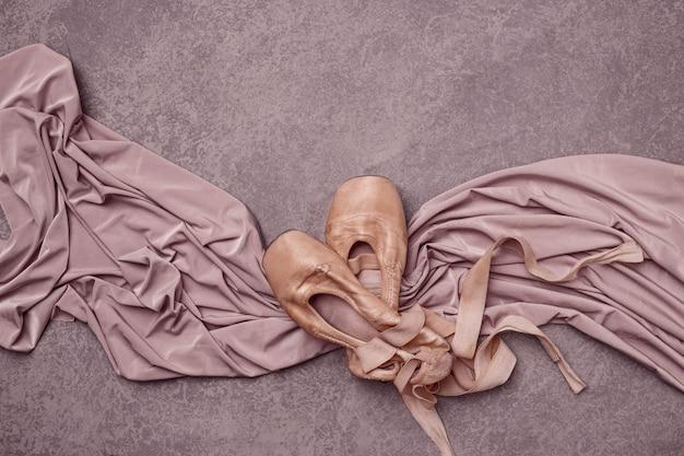 Chaussons de pointe de ballet sur la couleur rose.