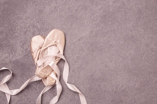 Chaussons de pointe de ballet sur rose.