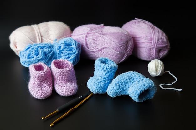 Chaussons roses et bleus au crochet pour un nouveau-né