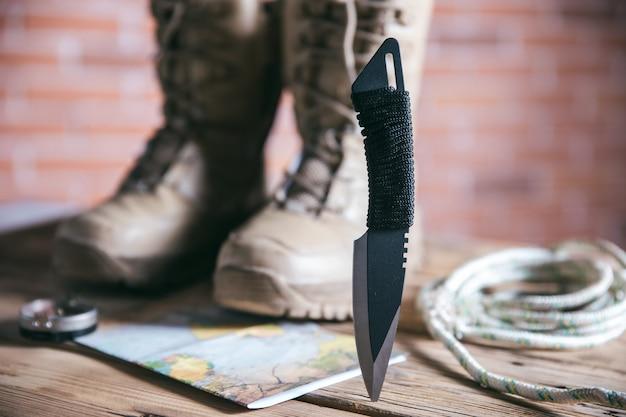 Chaussure et couteau de voyage sur la table