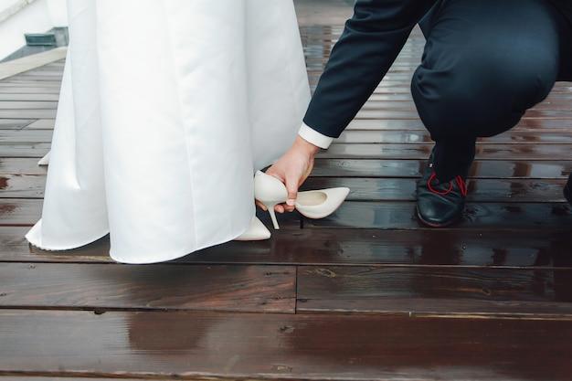 La chaussure de la mariée est coincée dans le plancher en bois. problèmes de mariage et problèmes