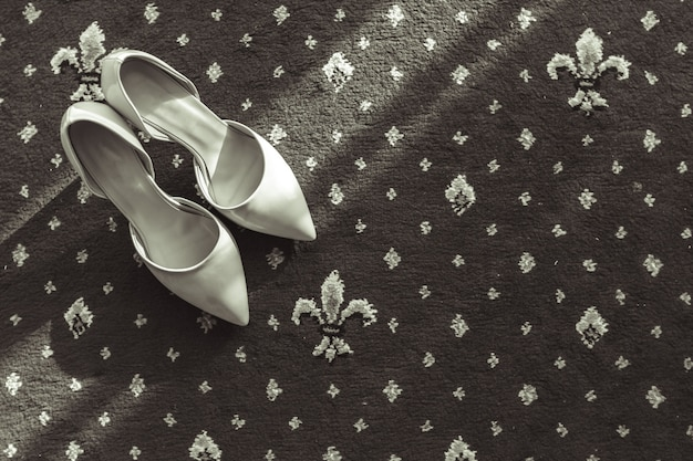 Chaussure de mariée sur tapis