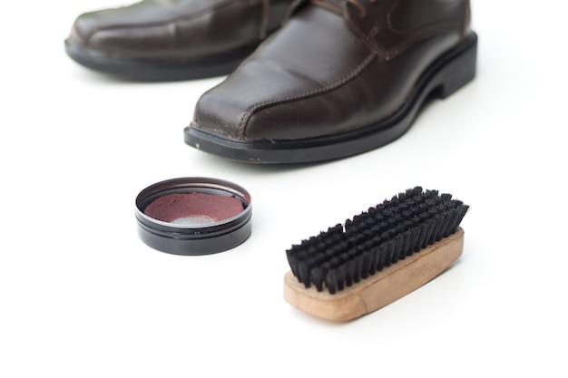 Chaussure marron foncé avec cirage et brosse