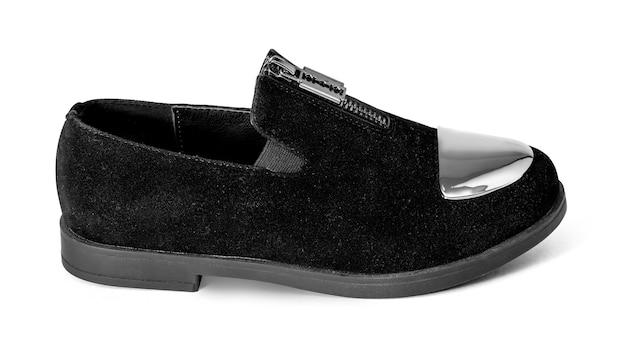 Chaussure noire de l'enfant tourné sur un fond blanc avec un tracé de détourage