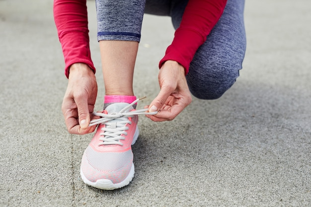 Chaussure de sport rose nouée