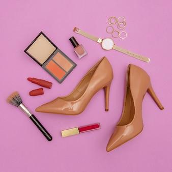Chaussures et accessoires pour dames beiges à la mode. cosmétiques tendance. détails élégants à plat