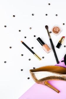 Chaussures et accessoires pour femmes. panier et accessoires pour femmes. accessoires pour femmes, sur un espace pastel rose. concept de beauté et de mode. vue de dessus, minimalisme plat. mise à plat