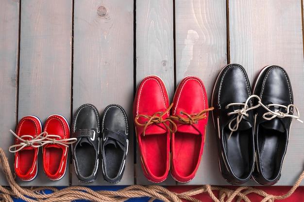 Chaussures de bateau de famille sur fond en bois.