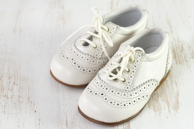 Chaussures bébé blanches en bois blanc