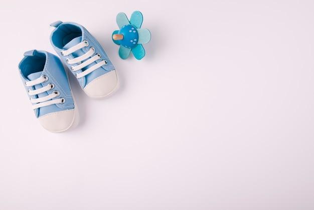 Chaussures de bébé et espace de copie de tétine