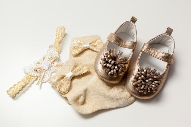 Chaussures bébé isolés sur le blanc
