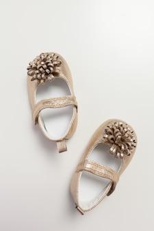 Chaussures bébé isolés sur fond blanc