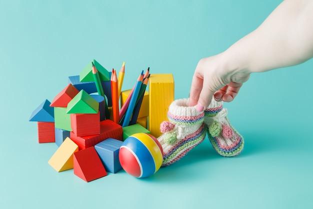 Chaussures bébé à la main