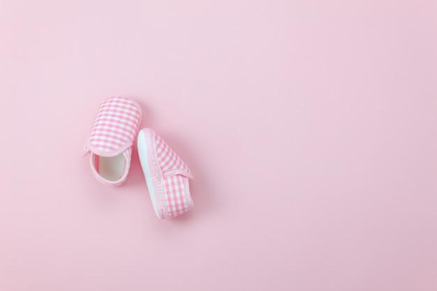 Chaussures de bébé rose vue de dessus mignon