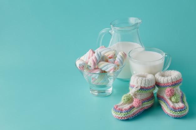 Chaussures bébé et verre de lait