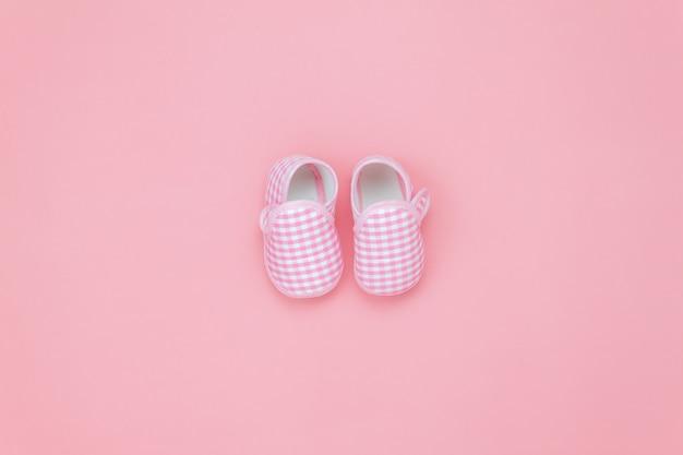 Chaussures de bébé vue de dessus sur papier