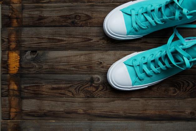 Chaussures bleues sur parquet en bois vide
