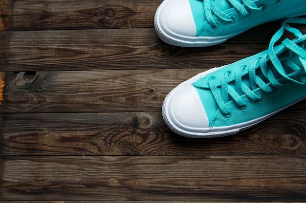 Chaussures bleues sur plancher en bois