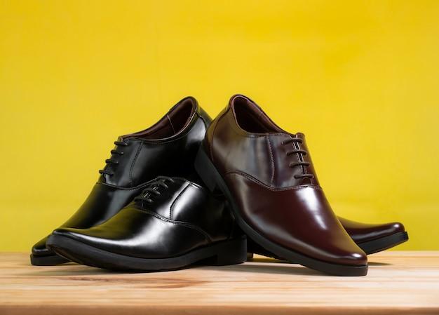 Chaussures de bureau à la mode masculine sur fond jaune.