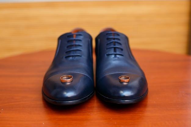 Chaussures classiques pour hommes bleus avec lacets et alliances en or