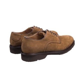 Chaussures classiques pour hommes en cuir suédé isolé sur surface blanche