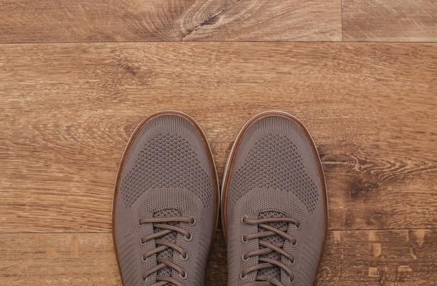 Chaussures classiques pour hommes sur fond de plancher en bois.