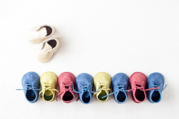 Chaussures colorées dans la rangée