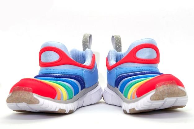 Chaussures colorées sur fond blanc isolé, vue de face