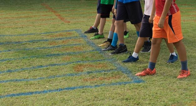 Chaussures de coureurs au point de départ pour la piste en herbe