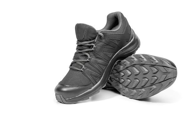 Chaussures de course baskets noires. chaussures décontractées. style de jeunesse. chaussures pour le trekking, la course, la randonnée.