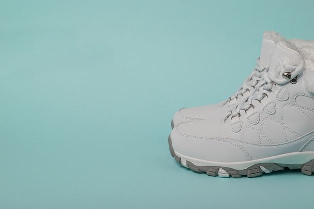 Chaussures de course blanches pour femmes avec fourrure pour les sports d'hiver. chaussures de sport pour l'hiver.