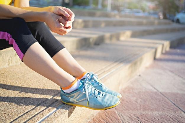 Chaussures de course, lacets de femme attachant