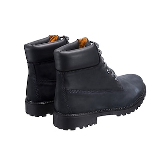 Chaussures en cuir haute avec lacets sur la bande de roulement isolé sur une surface blanche