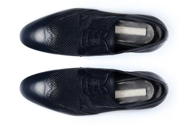 Chaussures en cuir mâles classiques isolées, vue de dessus.
